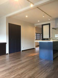 インディゴブルーのキッチン扉にあわせて、収納扉やセンタードアもインディゴブルーに