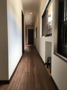 廊下の写真です。玄関から続く長い廊下は自然光が入ります。