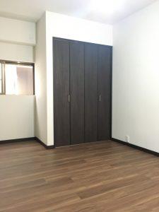洋室の写真です。建具がなかった収納スペースに建具を取り付けてクローゼットへ改修しました。