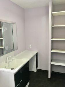 洗面室の写真です。淡い紫の壁紙を採用してフェミニンな雰囲気の洗面室になりました。ご夫婦で使える広いカウンターの洗面台を採用。
