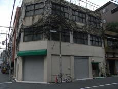 リフォーム前の外観です。1階は、5年前にリフォームされていますが、全体につるが這いかなり傷みもありました。