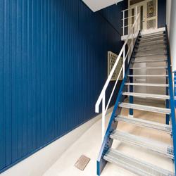減築部分に新設した、2階子世帯用の玄関への階段の写真です。
