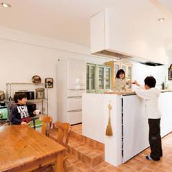 新しくなったキッチンの写真です。親子で夕食の準備中