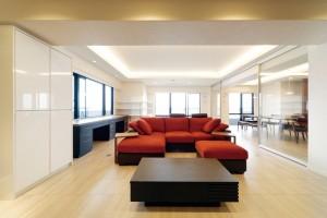 家具もすべて、クリエイティブライフがコーディネート、リビングのソファは職人さんが真心を込めてつくるオーダーメイドで座り心地は抜群