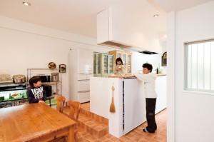 キッチンの写真です。親子で楽しく夕食の準備をしています。