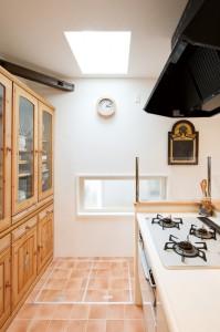 キッチンの写真です。採光窓を設置しました。