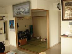 工事前の写真です。リビングに隣接する和室です。