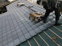 屋根瓦を取付中の写真です。