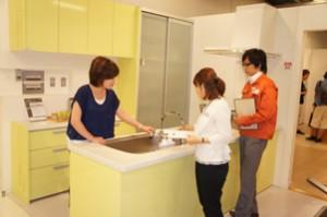 ショールームでキッチンをご見学中の写真です。