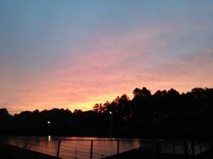 夕焼けとメガソーラーの写真です。