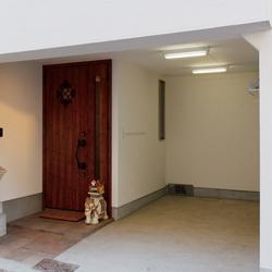 ビルトインガレージと玄関の画像です。